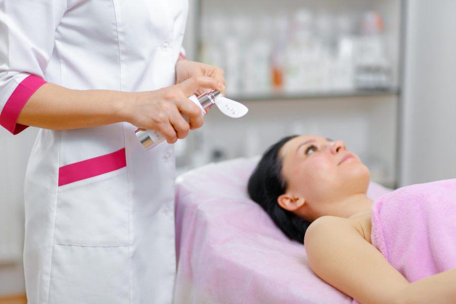 Kosmetolog a kosmetyczka – którego specjalisty potrzebujesz?