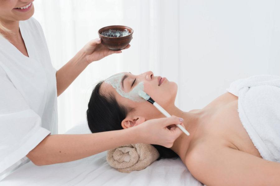 Dlaczego warto korzystać z profesjonalnych zabiegów na twarz?